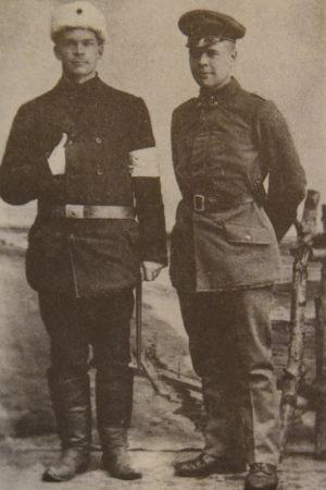 Birger Lemberg (t.h.) tillsammans med sin bror Runar i Vasa i lutet av februari 1918