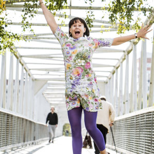 Nilla Hansson hoppar högt på gångbron över järnvägen vid Logomo