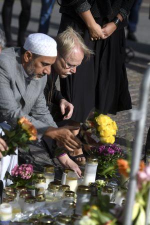 Åbobiskopen Kaarlo Kalliala, Szaid Esmail och ärkebiskop Kari Mäkinen lägger ner blommor i Åbo.