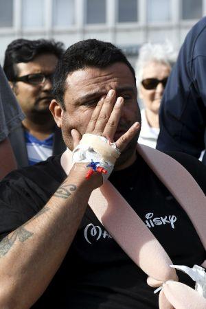 Hassan Zubier, ett av offren i Åbo, deltar i minnesstunden på Salutorget.