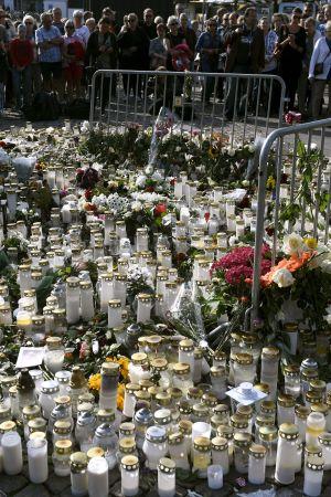 Ljus- och blommor i Åbo för att minnas offren i knivattacken.