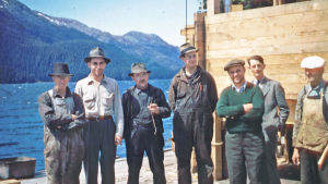 Miehiä Alaskassa arviolta 50-luvulla.