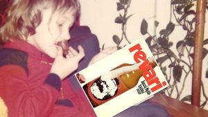 11-vuotias tyttö lukee Jussi Kylätaskun Revaria 1970-luvulla.