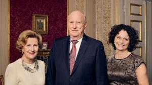 Kuningas Harald ja kuningatar Sonja muistelevat viime vuotta yhdessä toimittaja Nadia Hasnaouin kanssa.