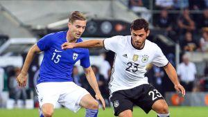 Markus Halsti skuggar Kevin Volland i landskamp mot Tyskland.