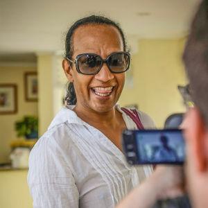 Vincent Mc Doom fotograferas under sitt arbete med modeshowen på Saint Lucia.