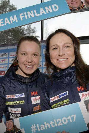 Kerttu Niskanen och Aino-Kaisa Saarinen poserar inför VM 2017.
