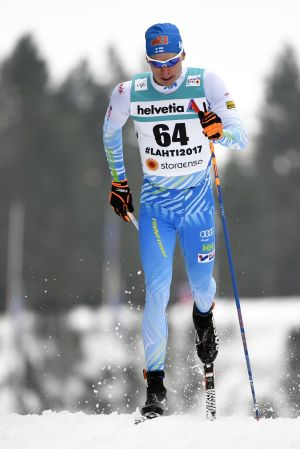 Iivo Niskanen skidar i Lahtis-spåret.