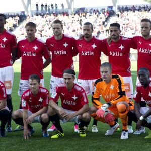 HIFK:s startelva tar gruppbild inför säsongens sista derby.