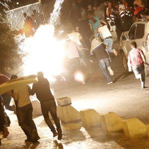 Israeliska säkerhetsstyrkor använde distraktionsgranater för att skingra palestinska demonstranter utanför Lejonporten nära Tempelberget natten till tisdagen.