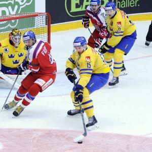 Svenska spelare framför egna målet i en match mot Tjeckien