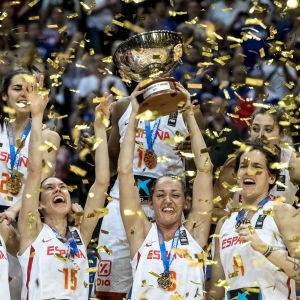 Spanska damspelarna i basket firar EM-guld i konfettiregn.