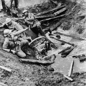Ranskalaissotilaita suojassa kranaattikuopassa elokuvassa Kunnian polut