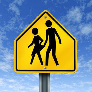 En skylt med två streckfigurer där den manliga figuren lyfter upp fållen på den kvinnliga figurens kjol.