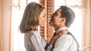 Ana (Paula Echevarría) ja Alberto (Miguel Ángel Silvestre) sarjassa Velvet - muotitalon tarina