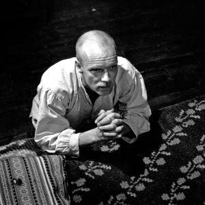 Olli Saarelan elokuva kappalaisesta, joka joutuu pienen itäsuomalaisen kylän opettajana keskelle sodan sekasortoa ja ristiriitoja.