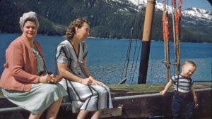 Kaksi naista ja pieni lapsi Alaskassa arviolta 50-luvulla.