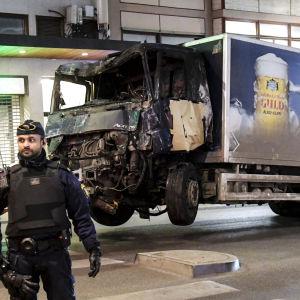 Den lastbil som användes i den förmodade terrorattacken förs bort.