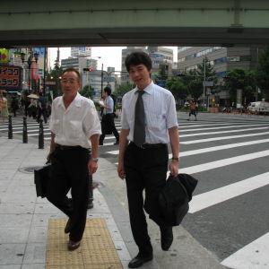 Japanilaisia miehiä kadulla.