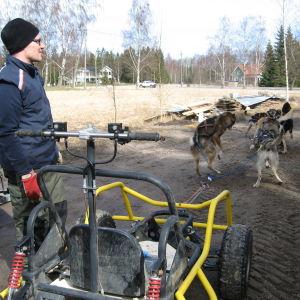 Ronny Wingren har spänt fast hundarna framför fyrhjulingen