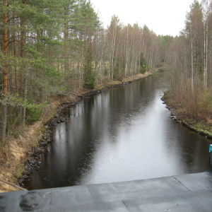 Vattenytan sjunker och Esse å nedanför Finnholm kraftverk blir allt smalare