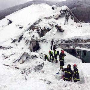 Räddninsgarbetare letar efter överlevande efter lavinen.