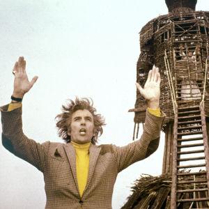 Uhrijuhla (The Wicker Man, 1973). Kuvassa Christopher Lee.