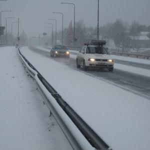 Bilar i vinterföre på Pojoviksbron i Ekenäs