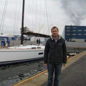 Försäljningsdirektör Marcus Jungell och Nautors nya 60 fots segelbåt