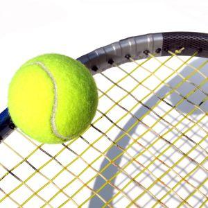 tennisklubba och tennisboll