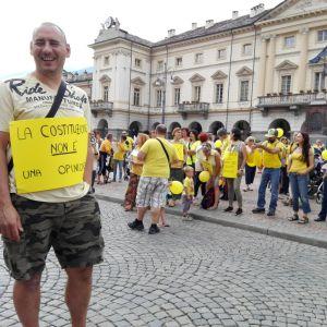 Italiensk förälder demonstrerar mot vaccinreform.