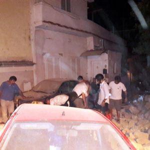 Räddningsarbetare har grävt fram flera personer levande under rasmassorna