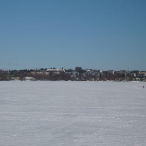 Lojo sjö med Lojo stad i bakgrund.