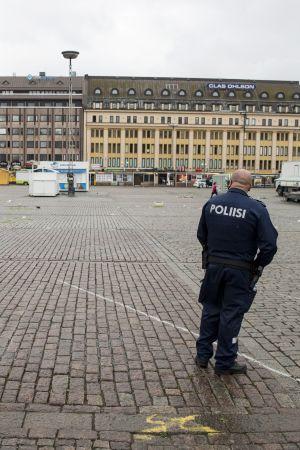En polis står på ett folktomt torg i Åbo den 18 augusti 2017.