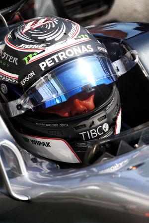 Valtteri Bottas sitter i bilen.