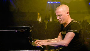 Pianisti Esbjörn Svensson lavalla. Kuva dokumenttielokuvasta Esbjörn Svensson: jazzpianistin elämä.
