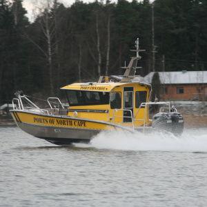 Båt i full fart