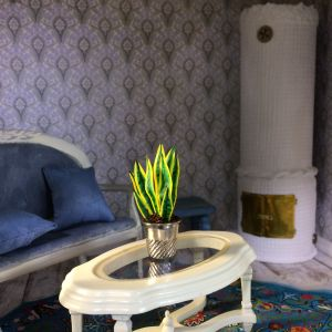 Svärmorstunga i miniatyr i ett dockhus vardagsrum