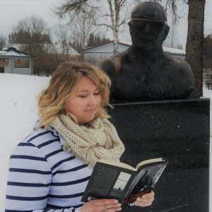 Amman lukuhetki -blogin Anna Maija Savolainen lukee kirjaa.