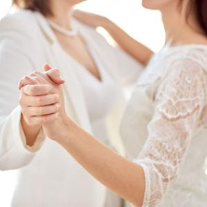 Lesbiskt äkta par dansar