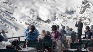 Scen ur filmen Turist där familjen bevittnar en lavin