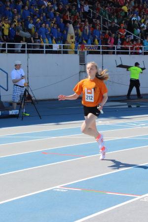 Ella Paukku springer i mål som etta