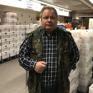 Heikki Hursti framför köttlådor.