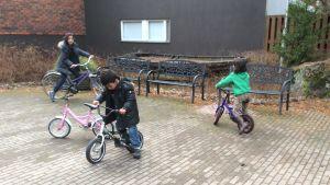 Barn till asylsökande cyklar utanför hotell Mäntyniemi i Pyttis