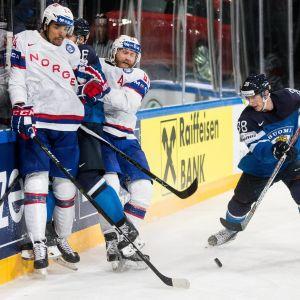 Patrick Thoresen i sargduell med finska spelare.