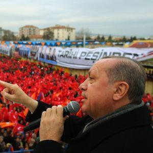 Turkiets president Recep Tayyip Erdoğan trappade upp sina hotelser i ett tal inför sina anhängare på söndagen
