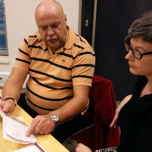 Reijo Vilhonen har afasi. Han pratar med universitetslektor Kati Renvall, men kommunicerar delvis också med ett häfte med viktiga fraser, foton, namn och symboler.