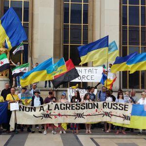 En liten demonstration mot Putins besök i Paris, på Place du Trocadéro.