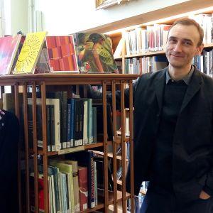 Bibliotekarierna Alice Thorburn och Elias Hillström jobbar med poesi på Stockholms stadsbibliotek.