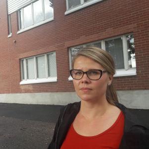 Sirpa Ahonen flytta med familj till Borgå för att hennes dotter ska få gå i en frisk skola.
